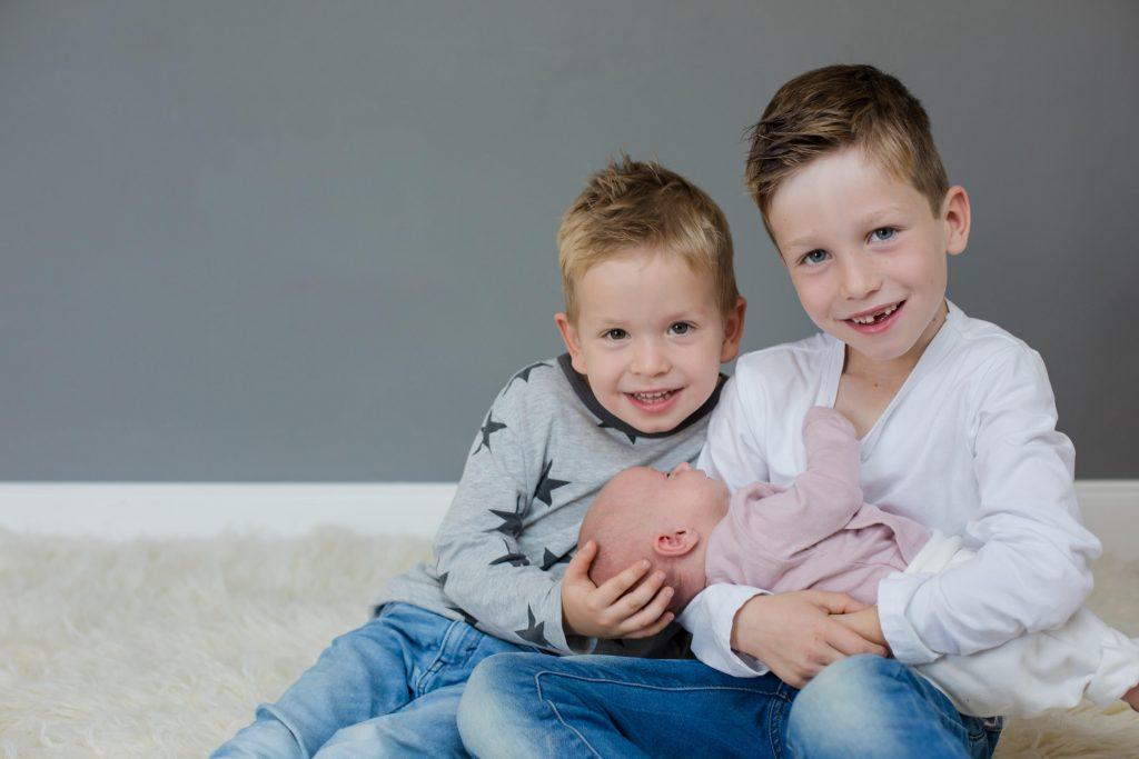 Neugeborenenshooting mit zwei großen Brüdern