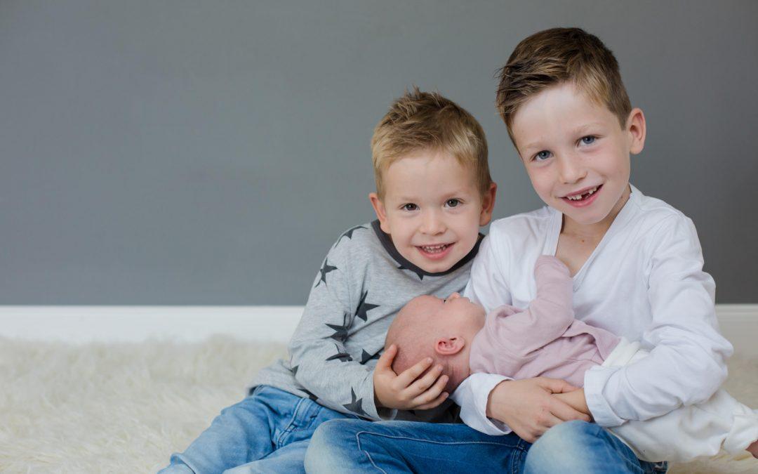 Neugeborenenshooting mit Tilda und ihren zwei großen Brüdern