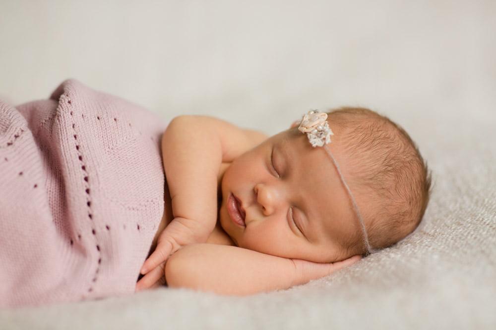 Natürliche Neugeborenenfotos bei euch zu Hause