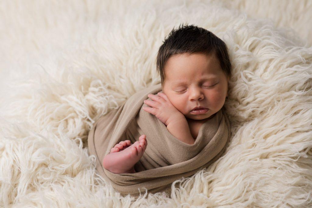Baby fotografieren in dunkler Wohnung