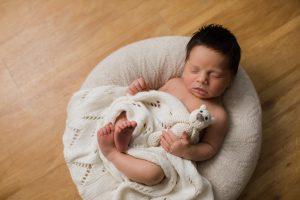 Babyfotos in dunkler Wohnung